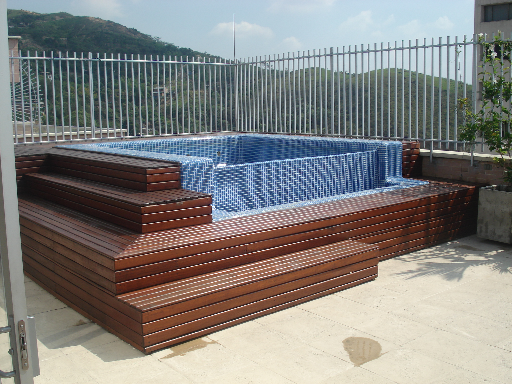 Arquitenso pisos deck madera for Piscinas plasticas colombia